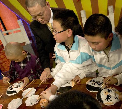 嘉宾邓沐玮教孩子们画脸谱