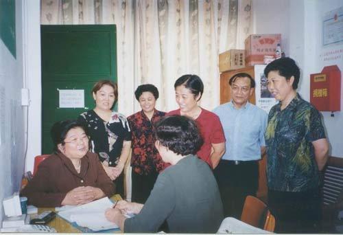 原全国人大副委员长、全国妇联主席顾秀莲来到绿荫妇女热线看望志愿者