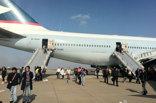 [视频]浦东一机场飞机起飞前舱内冒烟:6名乘客2名机组