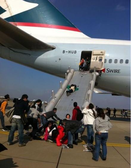 [视频]浦东一机场飞机起飞前舱内冒烟:6名乘客2名