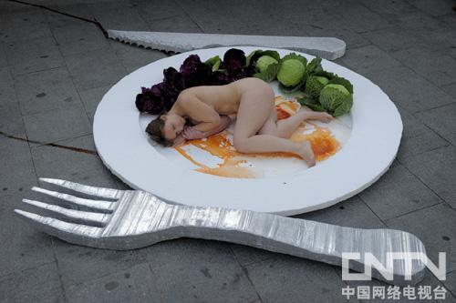 女子裸体扮成盘中餐呼吁保护动物
