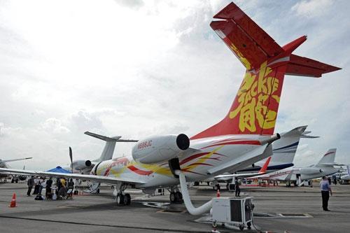 成龙展示了一架价值3千万美元的传奇650型(legacy 650)私人飞机,机尾