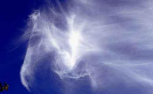 """蔚蓝的天空下,""""神马""""头像清晰可见,栩栩如生。"""