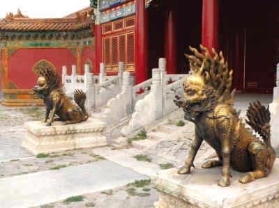 慈宁门:一对铜鎏金瑞兽蹲守门前,引人注目。记者杨一枫摄