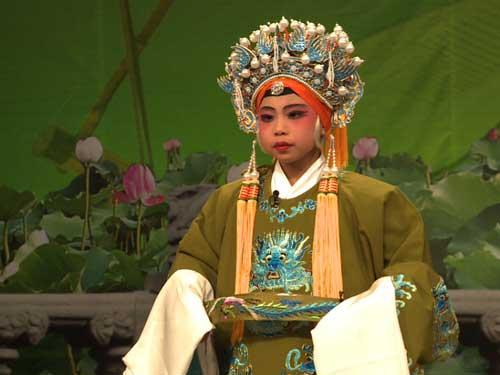 """戏曲""""快乐星""""决选中胡馨文同学演唱《打龙袍》"""