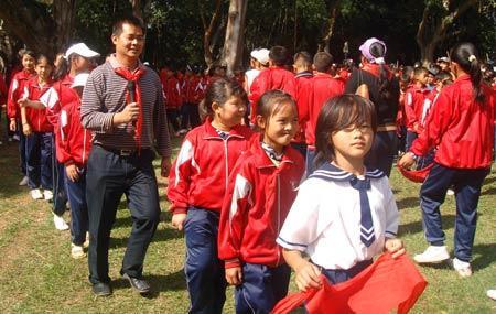 田少松戴着红领巾,参加孩子们的活动