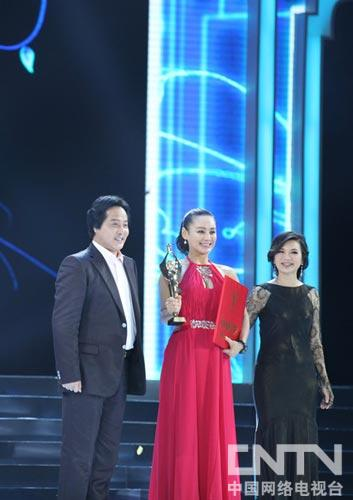 王霙(左一)和阎青妤(右一)为最佳女配宁静颁奖