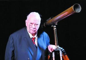 摩尔爵士是《仰望夜空》节目的主持人。他认为发现存在生命的其他行星只是一个时间问题。