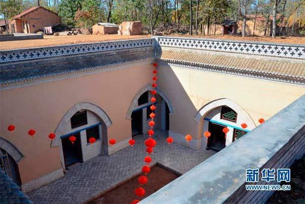 位于陕县张汴乡曲村的一座已经改造翻新过的地坑院(10月30日摄)。新华社记者王颂摄