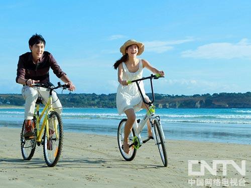 张睿李晟海边骑单车