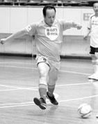 身姿矫健踢足球