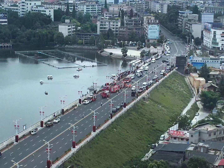 紧急抢救!贵州安顺一载有学生大巴车冲进水库