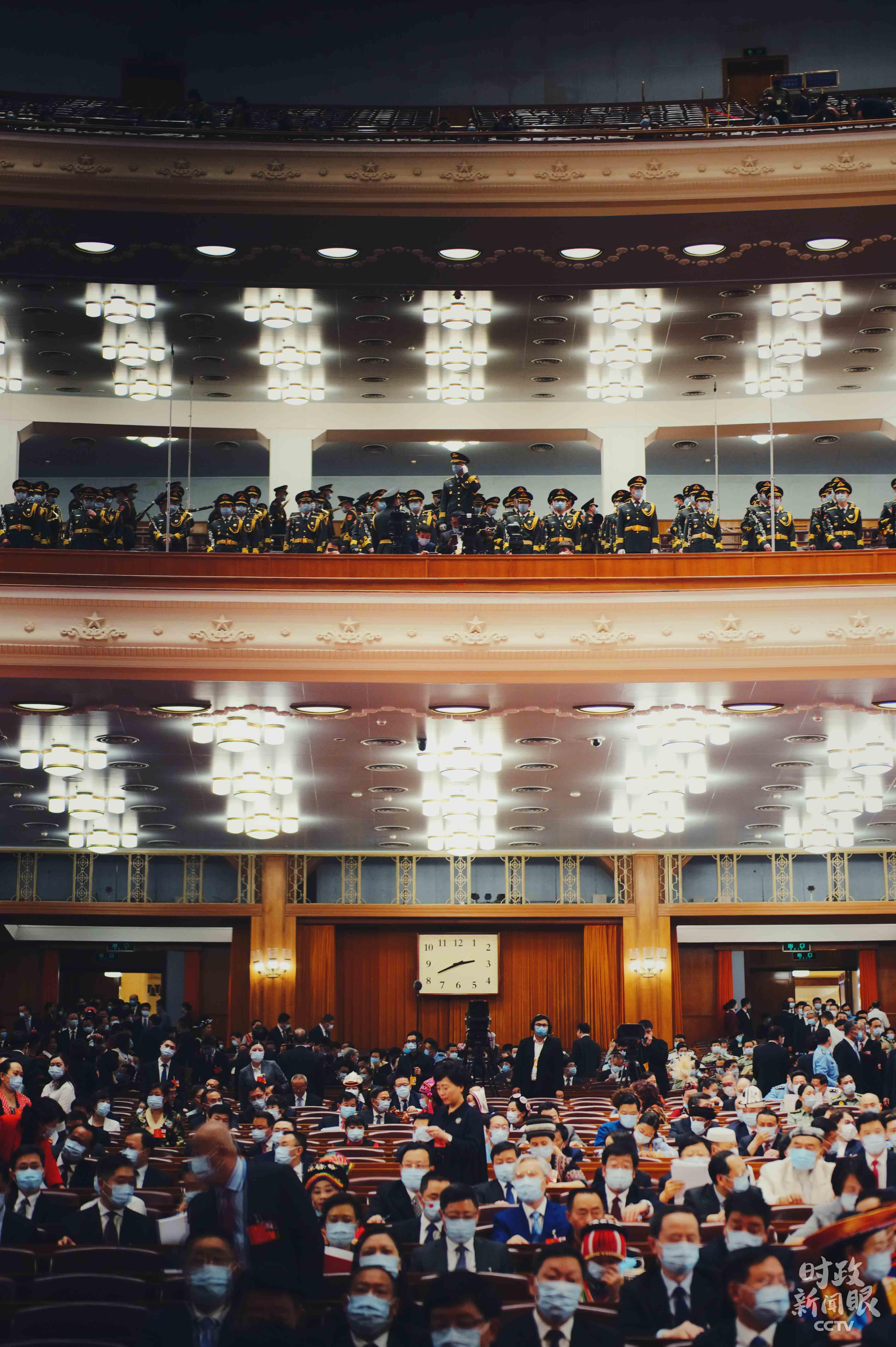 △全国人大代表入场就座。(总台央视记者彭汉明拍摄)