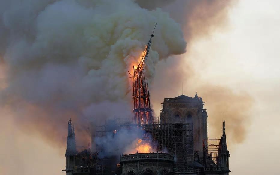 玻璃屋顶、水晶塔尖,指向天空的光束?马克龙同意巴黎圣母院塔尖原样重建