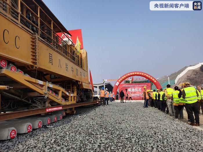 四川川南城际铁路内江—自贡—泸州铁路全线铺通