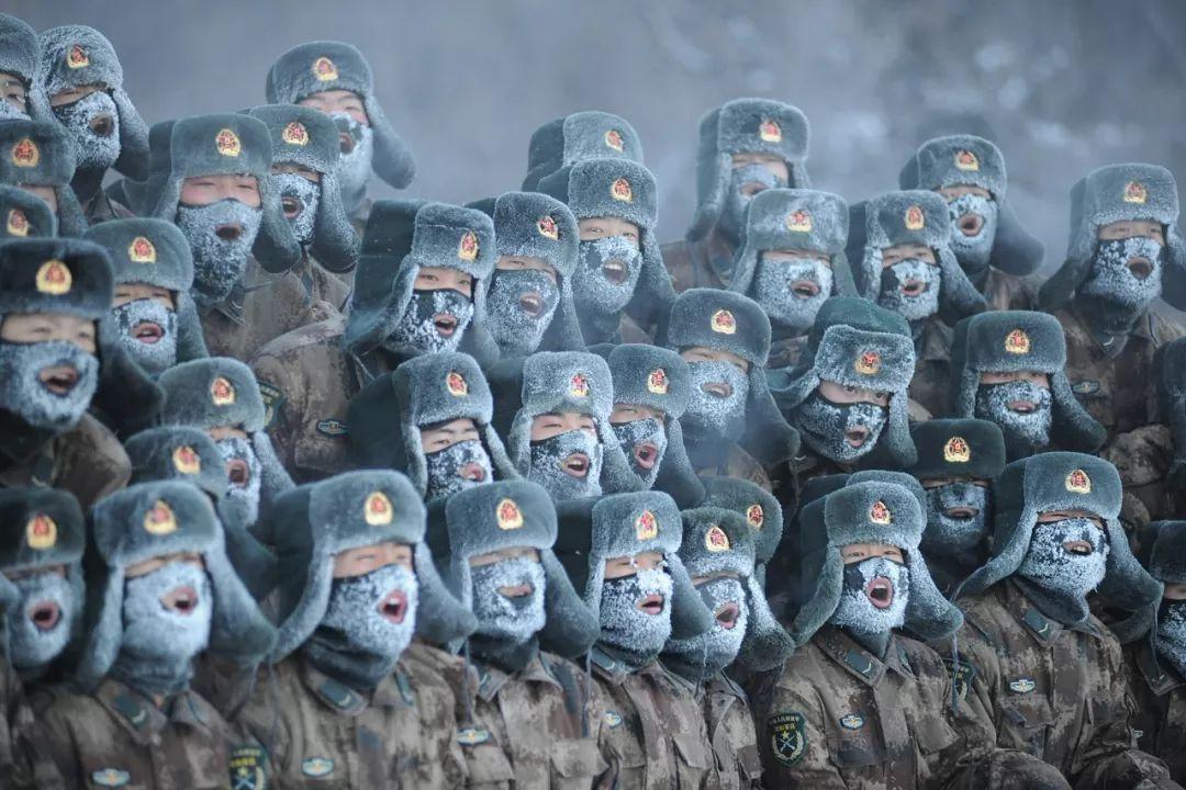 ∆ 2011年1月21日,解放军驻黑龙江省伊春市某部新兵营150多名新兵,在零下32摄氏度的严寒中训练。