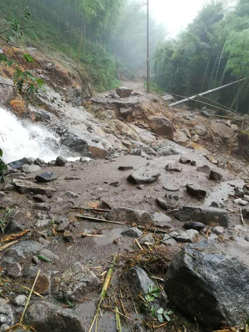 江西奉新县一林场出村道路中断 350多人被困