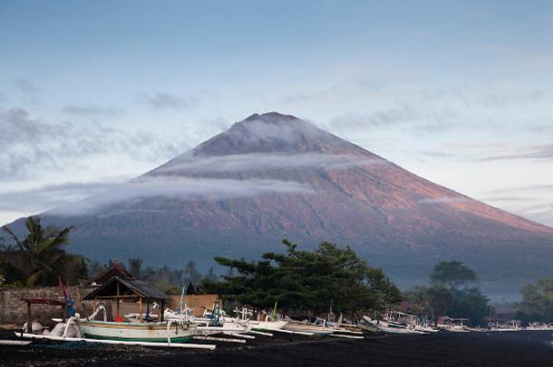 巴厘岛阿贡火山 中国驻登巴萨总领事馆9月18日以来10天内连续3次发出紧急提醒,提示中国游客注意自身安全,近期切勿前往阿贡火山区域活动。 印尼减灾中心发布最新数据显示,阿贡火山口现白色稀薄烟雾高50米,火山地震次数521次,最强地震4.3级。昨日(9月27日),印尼减灾中心将火山航空预警级别提高到次高级橙色, 表明火山不稳定性升级,可能会喷发并影响航空安全。如果火山航空预警级别提升到红色,当地将关闭机场。