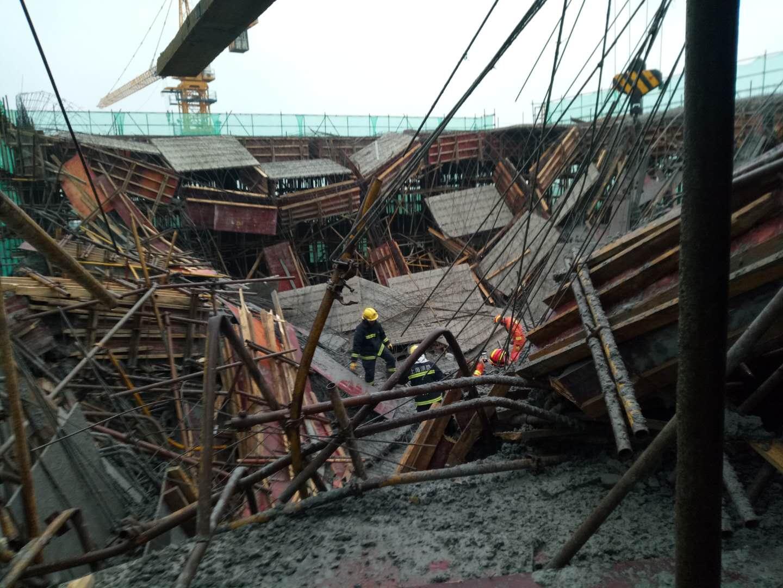 上海奉贤区海湾镇海农公路的一处工地6月24日16:50发生模架坍塌事故:1死9伤
