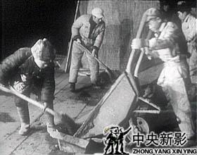 冬季施工为保证混凝土的温度,工人们采取了各种措施。