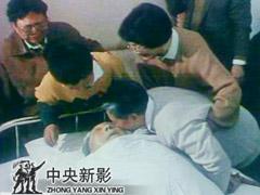 邓小平夫人卓琳携家人向亲人告别