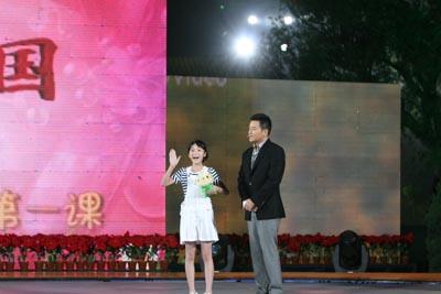 《长江七号》的小主演与佳明同上开学第二课
