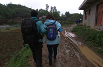 贵州罗甸,刚下完雨,摄制组正在赶往下一个拍摄地点。