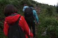 贵州罗甸,摄制组踏着泥泞的山路,赶往山顶,拍摄最后一个镜头。