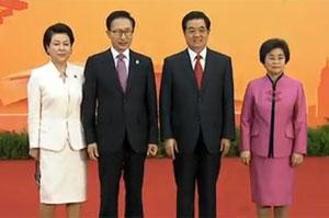 <font size=3><b><center>[视频]胡锦涛和夫人在上海国际会议<br>中心迎候贵宾及其配偶</center></b></font>