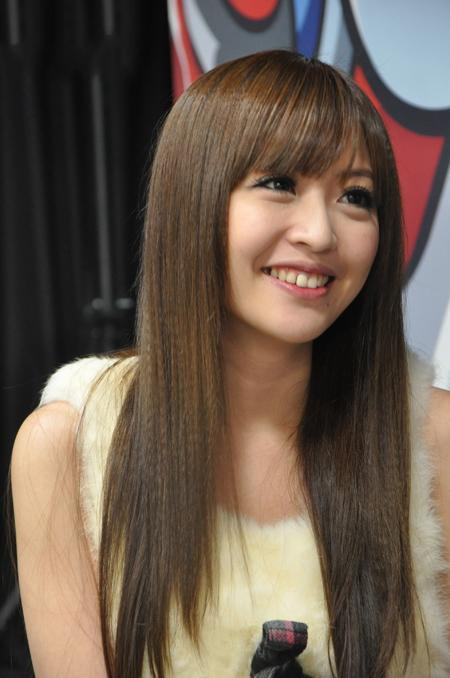 台湾知名网络美女Lucy转投电竞化身女主播掰被弯美女图片