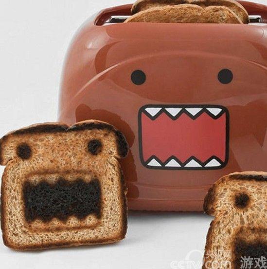 """之前也许大家都见过能够烤出各种各样卡通图案的面包机,Hello Kitty、卡拉狄加和米老鼠,非常受女孩子和小朋友的欢迎。今天再给大家介绍一款最适合被""""烤""""到面包上的卡通人物:日本NHK吉祥物Domo君。    Domo君那尖尖的牙齿、方方的脑袋和可爱的笑容,绝对会让你的早餐变得更加可口,在配上果酱或者奶油,小朋友们说不定会忍不住多吃几口。   这款可爱的Domo君图案面包机售价49美元(约合人民币300元),摆在厨房中绝对会让家里变得更加温馨。"""