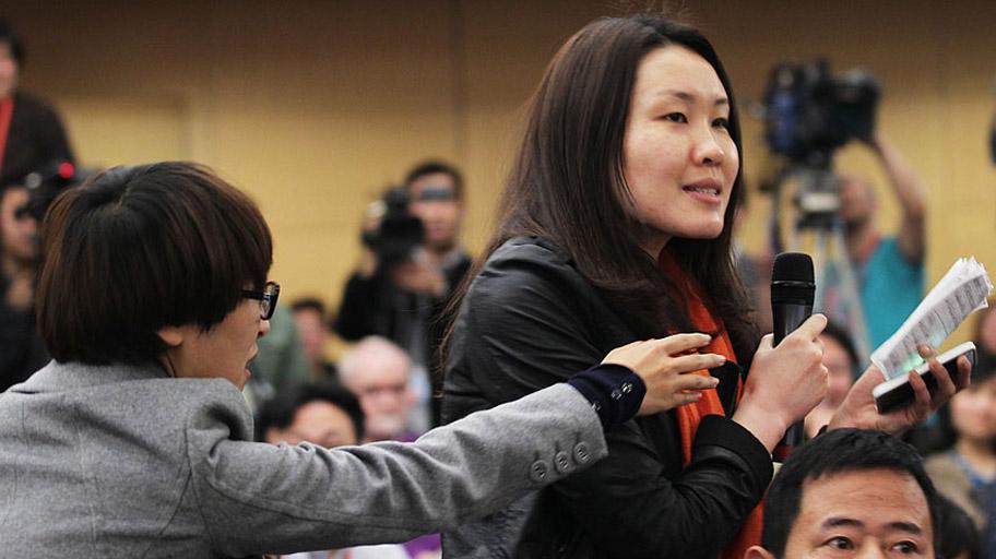 图片精选:女记者争抢话筒