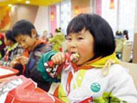 """重庆""""两会""""关注""""贫二代"""":农民工子女就近入学难"""