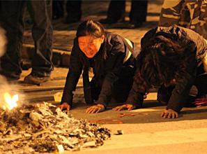 上海火灾遇难者家属焚路祭逝者