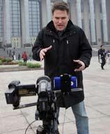 中国两会召开之际,海外媒体对两会予以高度关注,尤其是会议将要讨论的经济、民生和民主建设等问题成为国际舆论关注的焦点。 图为一名外国记者在会场外主持、摄像、编辑。真是一个顶三个啊。