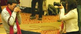忙碌的记者――会场内的相互拍摄。