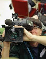 3月14日,国务院总理温家宝在北京人民大会堂与中外记者见面,并回答记者提问。这是记者在现场采访拍摄。