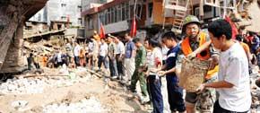 <br><center>● 灾民与部队官兵合力清淤搜救</center>