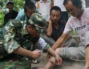 医疗服务队为受灾民众处理伤口