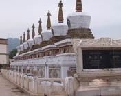尼泊尔风格的白塔建筑群