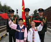 丹东:中朝友谊桥升国旗庆生日