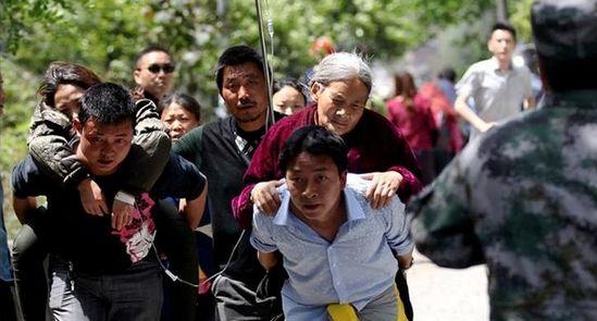 人们在雅安市芦山县城附近开展震后救援。