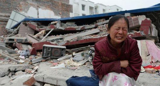 芦山铜头峡居民洪玟为失去的家园伤心欲绝。