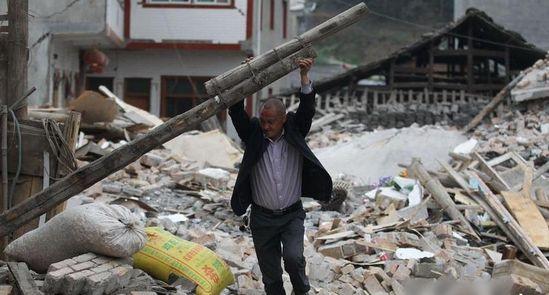 龙门乡灾区民众自建简易棚,等待救援。