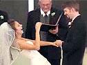 婚礼上新郎念错誓词 惹得新娘爆笑不止