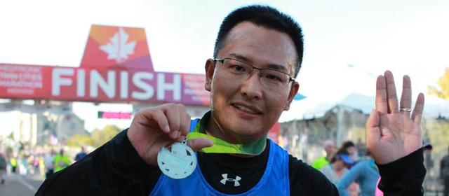 跑!中国青年戴起搏器完赛10英里