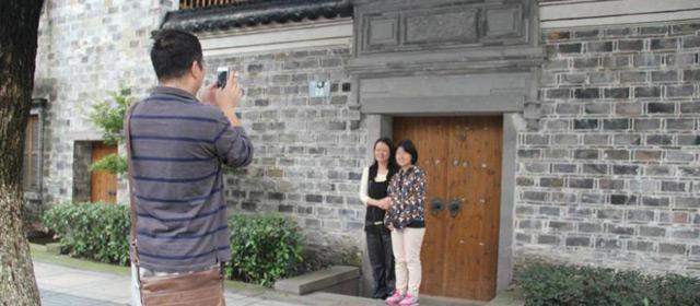 探访屠呦呦宁波旧居 民众争相拍照