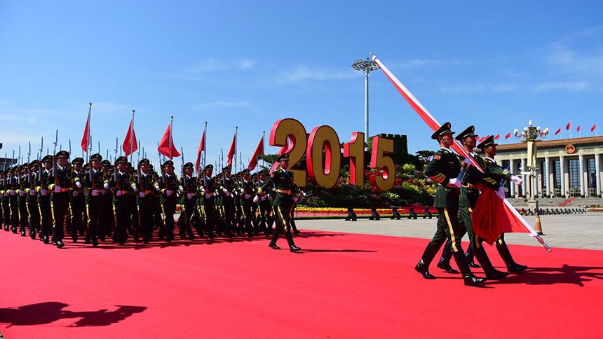 <font style=line-height:2em;color:#555>国旗护卫队从人民英雄纪念碑基座出发,走向旗杆基座。</font>