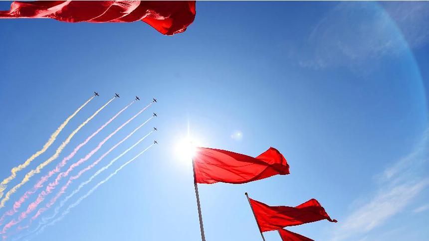 <font style=line-height:2em;color:#555>空中护旗方队的7架教练机拉出七道彩带通过天安门广场。</font>