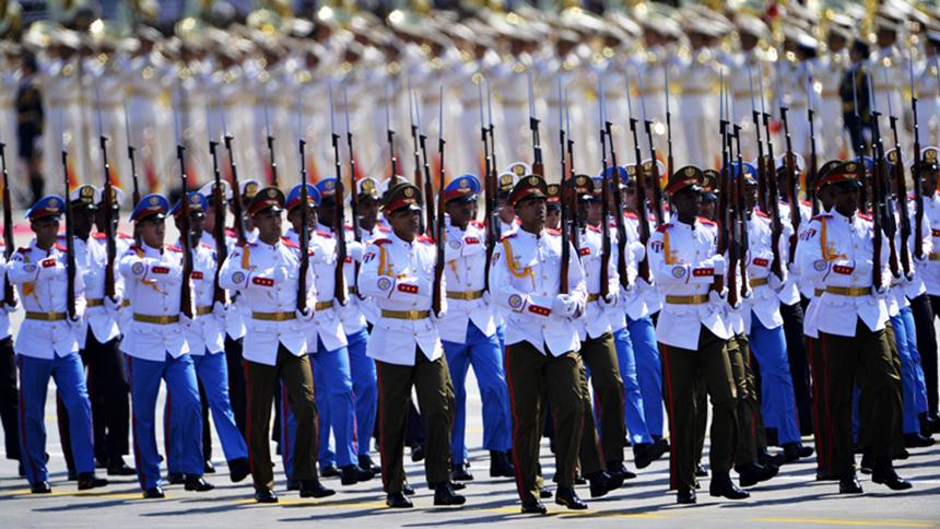 <font style=line-height:2em;color:#555>古巴武装力量方队通过天安门广场。</font>